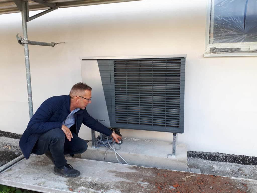 18 Haus Satteldach Außeneinheit Luft Wasser Waermepumpe